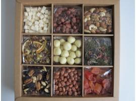 Riešutų, džiovintų vaisių, arbatos ir saldainių rinkinys